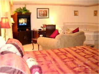 jacuzzi suite at Baymont Inn, Des Moines