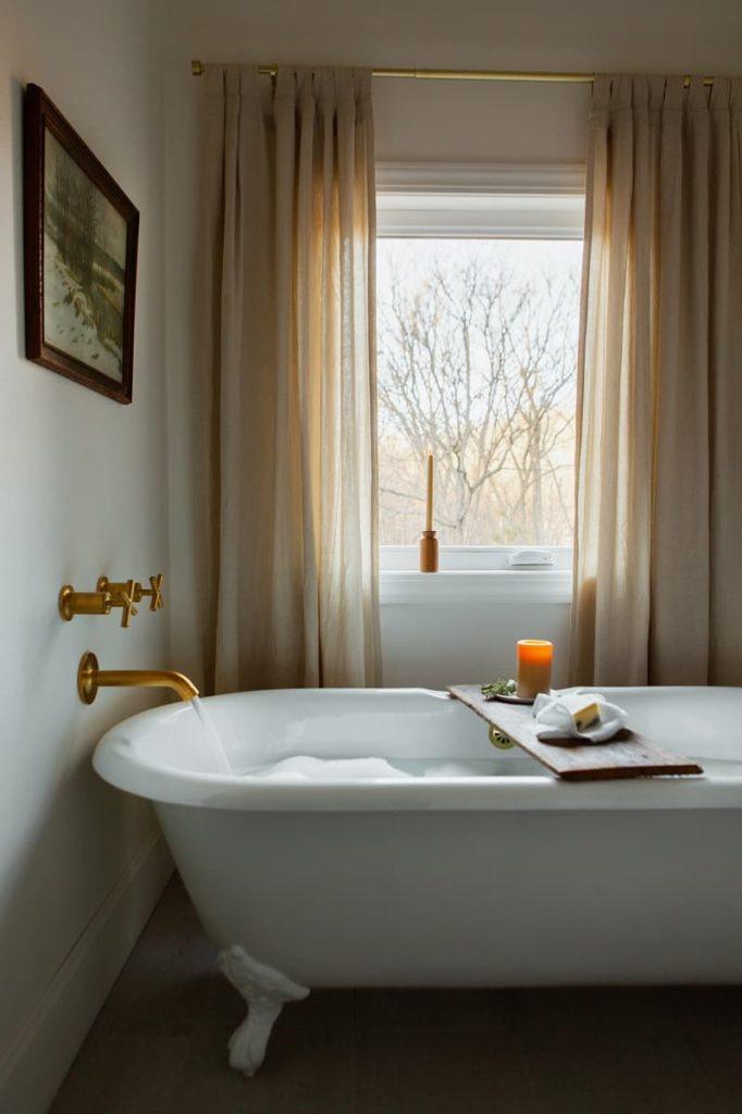 Anaway_Place_Wisconsin_bathtub_window_photo_credit_Christina-Hussey-Photography