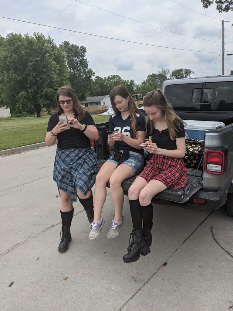 teen_girls_phones_Jeep_Gladiator_photo_credit_Jody_Halsted